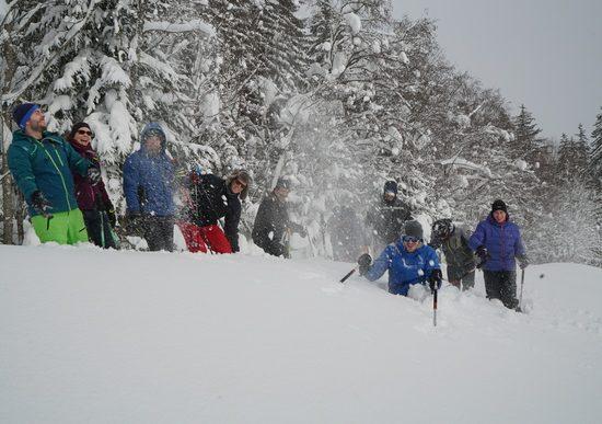 Freudiges Team bei Schneeschuh Wanderung